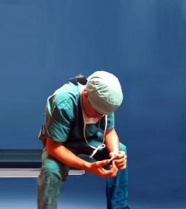 Vergrößerter Chirurg auf Bank- blauer Hintergrund